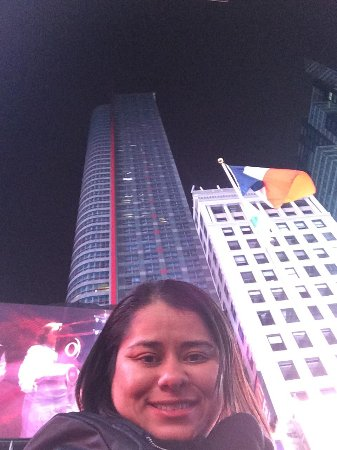 DoubleTree Suites by Hilton Hotel New York City - Times Square : Na Duffy Square, em frente ao hotel!