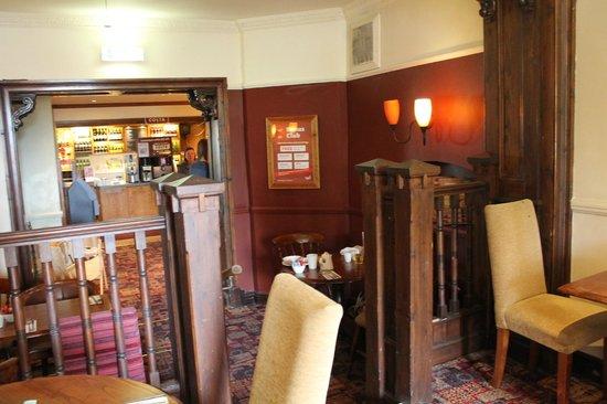 Premier Inn Epsom Central Hotel: Pub