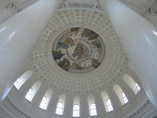 Dom St. Blasien: Blick durch zwei Marmorsäulen an die Kuppel
