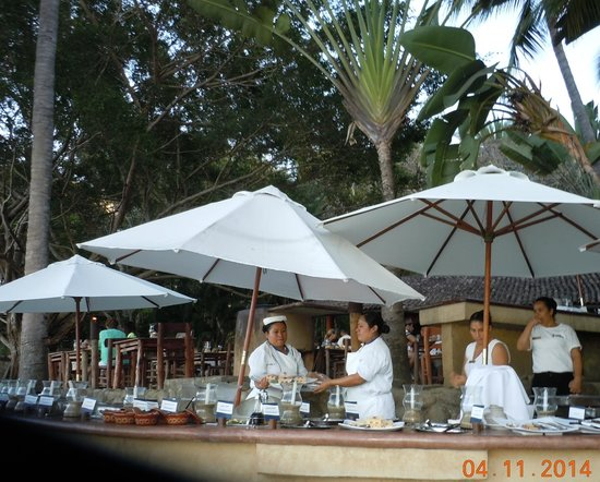 Rhythms of the Night by Vallarta Adventures: Buffet with great servers.