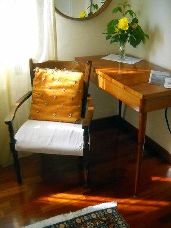Bed & Breakfast La Marcanta : il dettaglio degli accostamenti,i colori , i tessuti e il fiore in camera