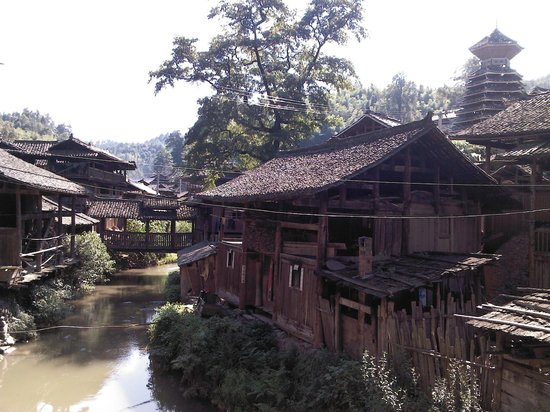 Rongjiang County, จีน: A roofed crossing the stream in the village