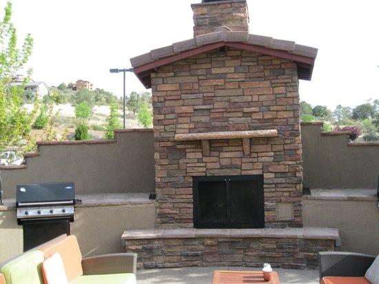 Residence Inn Prescott: Fireplace with grills.