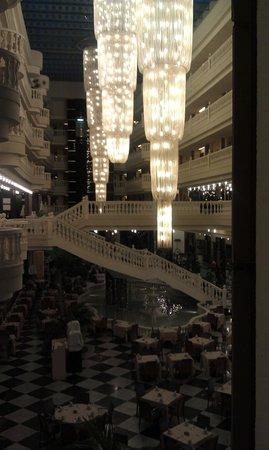 Cleopatra Palace Hotel : вид с этажа на уровне ресепшен