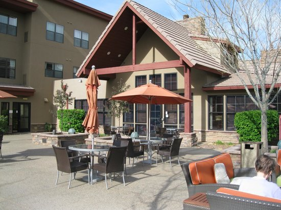 Residence Inn Prescott: Beautiful place to sit anytime of day.
