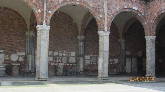Basilica di Sant'Ambrogio: Tavler m.m. i baggrunden
