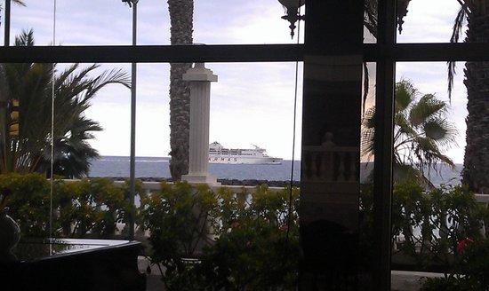 Cleopatra Palace Hotel : вид из бара у ресепшен на пляж