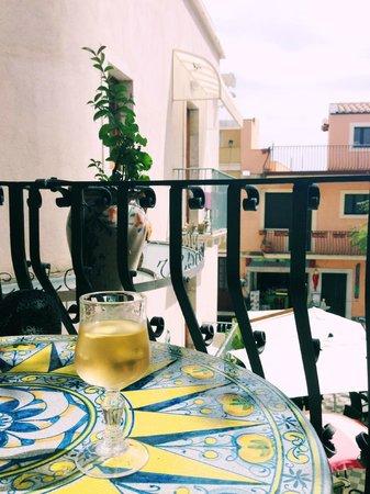 caffe bar Turrisi: almond vine