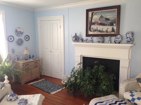 Longwood Farm Bed and Breakfast: blue & white bedroom