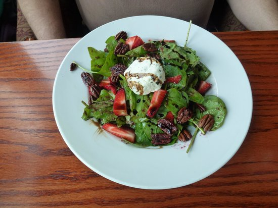 Timber Room Bar & Grill : Baked goat cheese & spinach salad