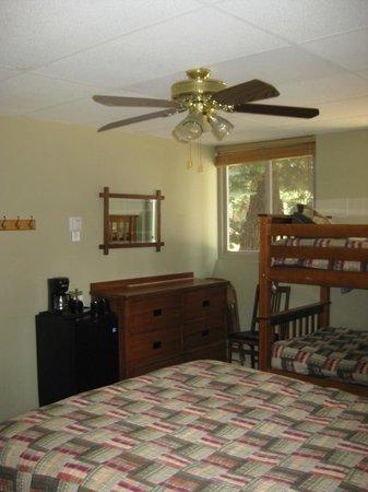 Montecito Sequoia Lodge: Lodge inside