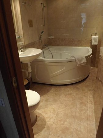 Nevsky Hotel Grand: Nice jetted tub - no shower!