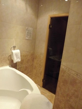 Nevsky Hotel Grand: Entrance to sauna, next to tub.