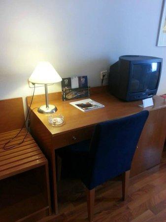 Extremadura Hotel: Escritorio con tv