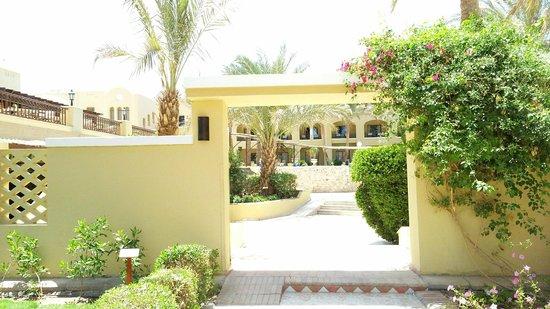 Sol Y Mar Makadi Sun: Вход в отель со стороны другого отеля