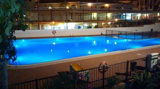 Torres Del Sol Apartments: Veiw of main pool by night