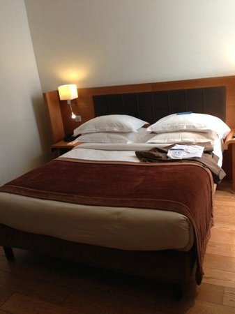 Hôtel Le Six : Very comfortable bed, great pillows