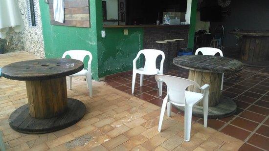 Hostel Manga Rosa: Mesas na área externa