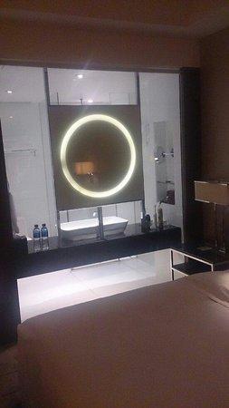 Doubletree by Hilton Beijing: O banheiro tem uma parte transparente para o resto do quarto, mas uma tela pode ser baixada para