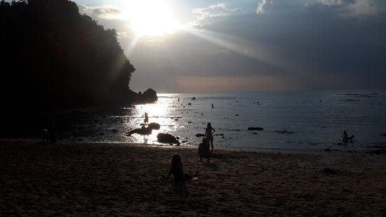 Padang Padang Beach: menunggu matahari terbenam