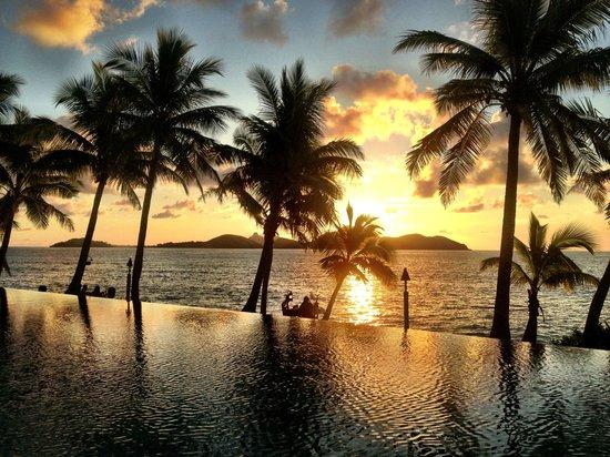 Tokoriki Island Resort: Sunset by the pool