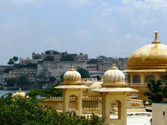 Trident Udaipur: View over Udaivilas back towards Udaipur