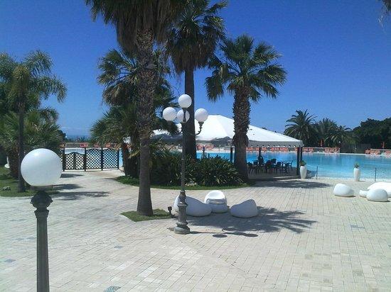 Blu Hotel Kaos : vista laterale piscina