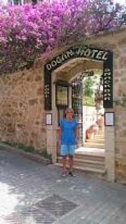 Dogan Hotel: Nydelig portal fra gata og inn til hotellområdet.