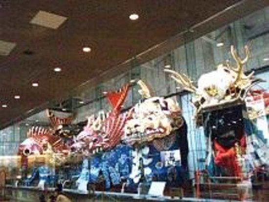 Hikiyama Exhibition Hall: 14台がずらりと並んでいます。