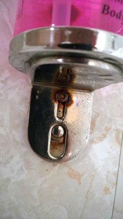 Shap Wells Hotel: Rusty soap dispenser