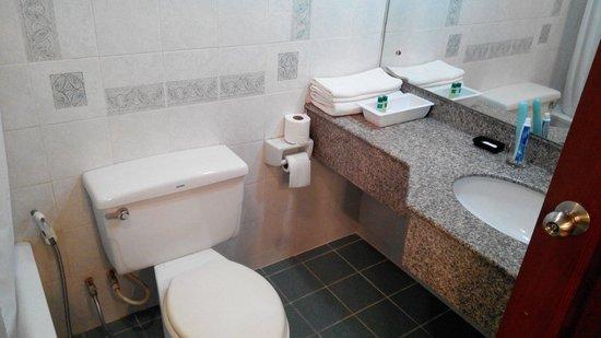 Patumwan House : Kamar mandi yg bersih dgn air kencang dan toiletries lengkap
