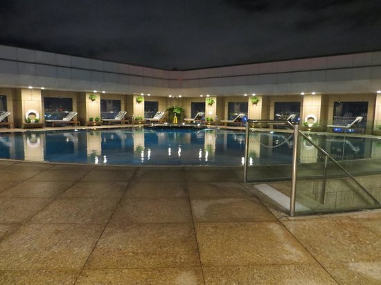 Shangri-La's Far Eastern Plaza Hotel Taipei: swiming pool on the roof