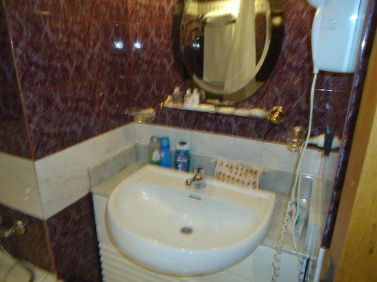 Hotel Cuatro Reyes: banheiro