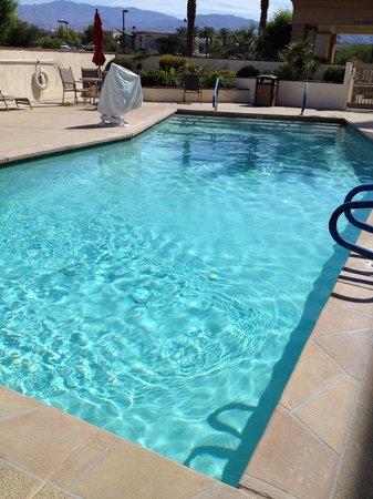 Hampton Inn & Suites Palm Desert: Nice pool but not heated