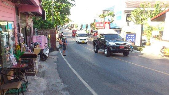 SP House Phuket: Gatan till kata sett från Kata villa Stekhus