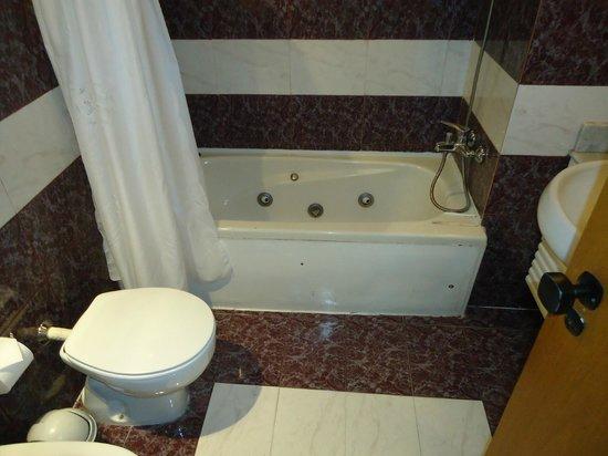 Hotel Cuatro Reyes: banheira otima para dar uma descansada depois dos passeios!
