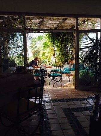 Casa Contenta Bed & Breakfast: View of main outdoor patio