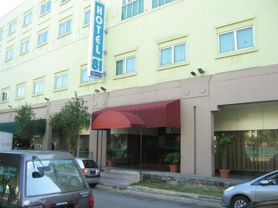 Hotel 81-Tristar: Front view of Hotel.