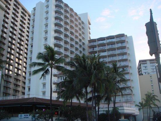 Park Shore Waikiki: ビーチから見たホテル 左側の建物がおすすめ