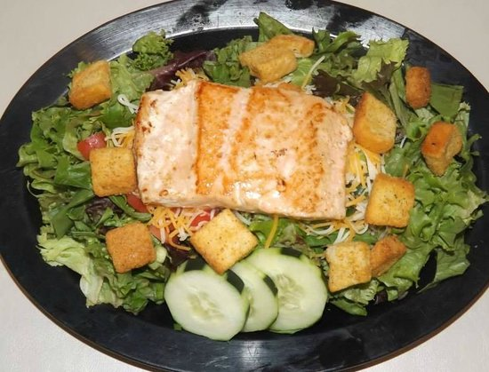 Cheeseburgers Grille: Grilled Salmon Salad