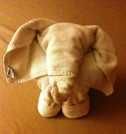 Hotel LunaSol: Towel art in room