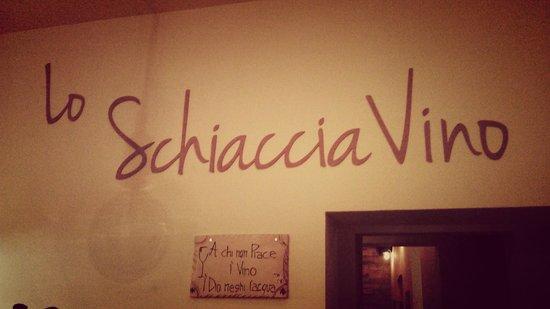 Lo SchiacciaVino: l'interno del locale :)