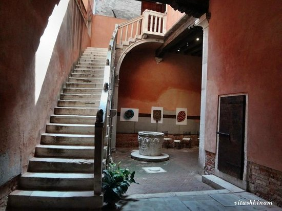 Carlo Goldoni's House and Library for Theatrical Studies : Дворик с колодцем