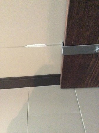 Epicurean Hotel, Autograph Collection: Bathroom Door scratching up the wall