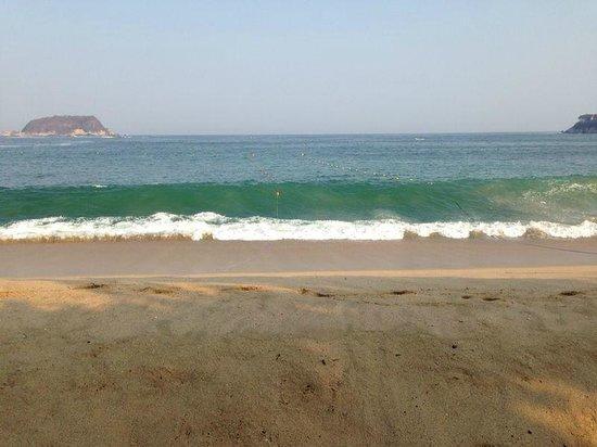 Barcelo Huatulco: Area de camastros en la playa