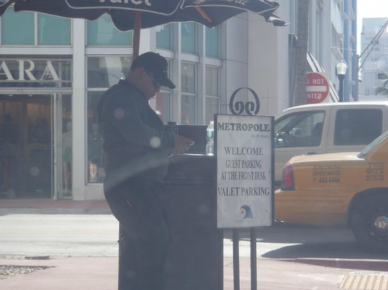 Metropole South Beach Hotel: DO NOT USE THE VALET! Public Parking across the street!