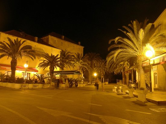 Restoran Fontana: Fontana by night