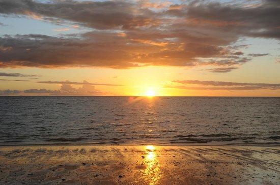 VOI Amarina resort: il saluto al sole.. ogni sera in spiaggia