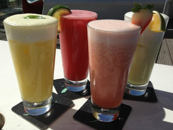 Skye Bar & Restaurante : delicious tropical juices by the pool