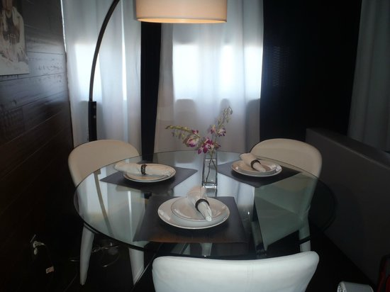 Metropole Apartments: Dining Room Table (Area)